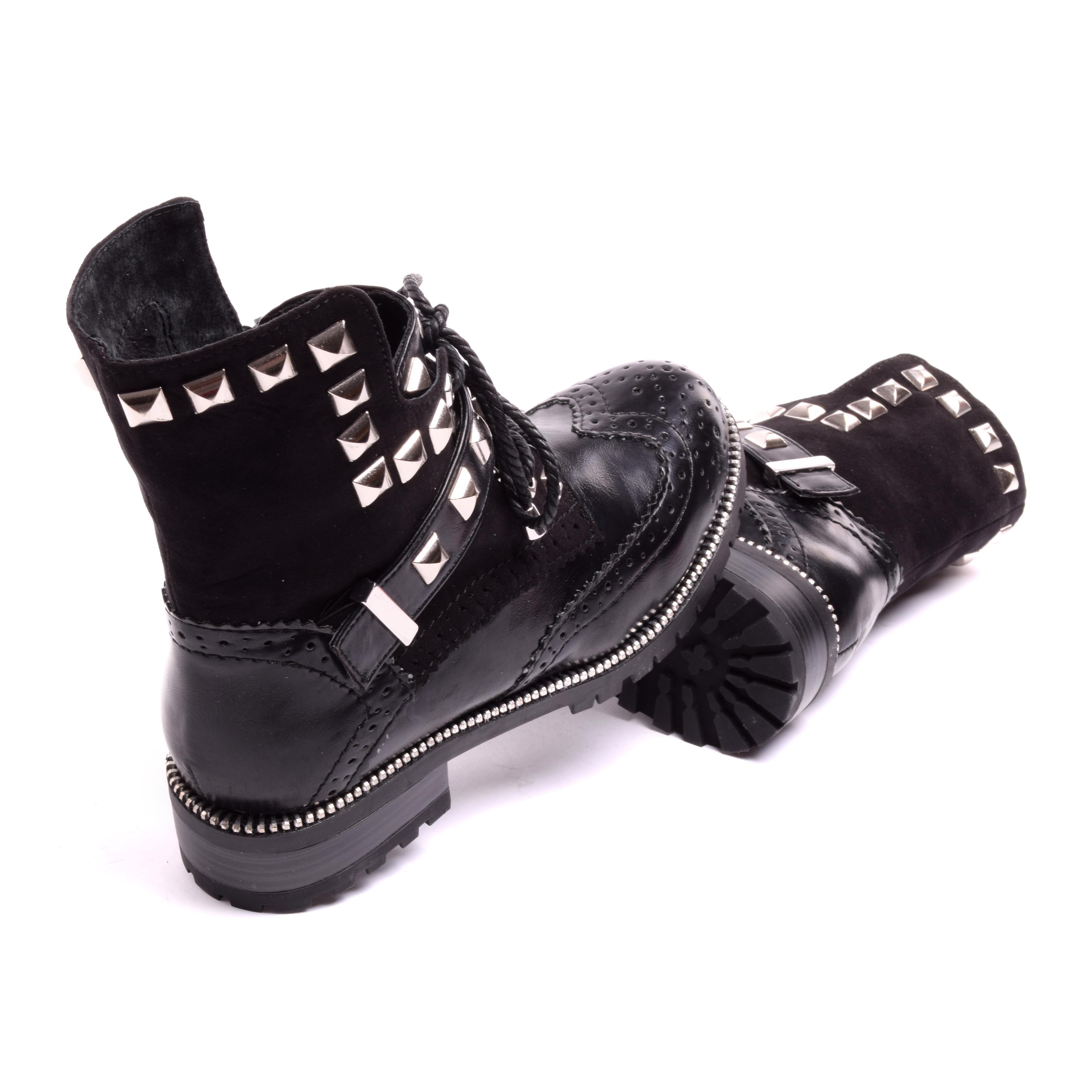 Női fekete műbőr bokacsizma szegecsekkel és áttört díszítéssel ezzel  extravagáns megjelenést kölcsönözve a cipőnek. Belül enyhén bélelt 67abb3d8a0