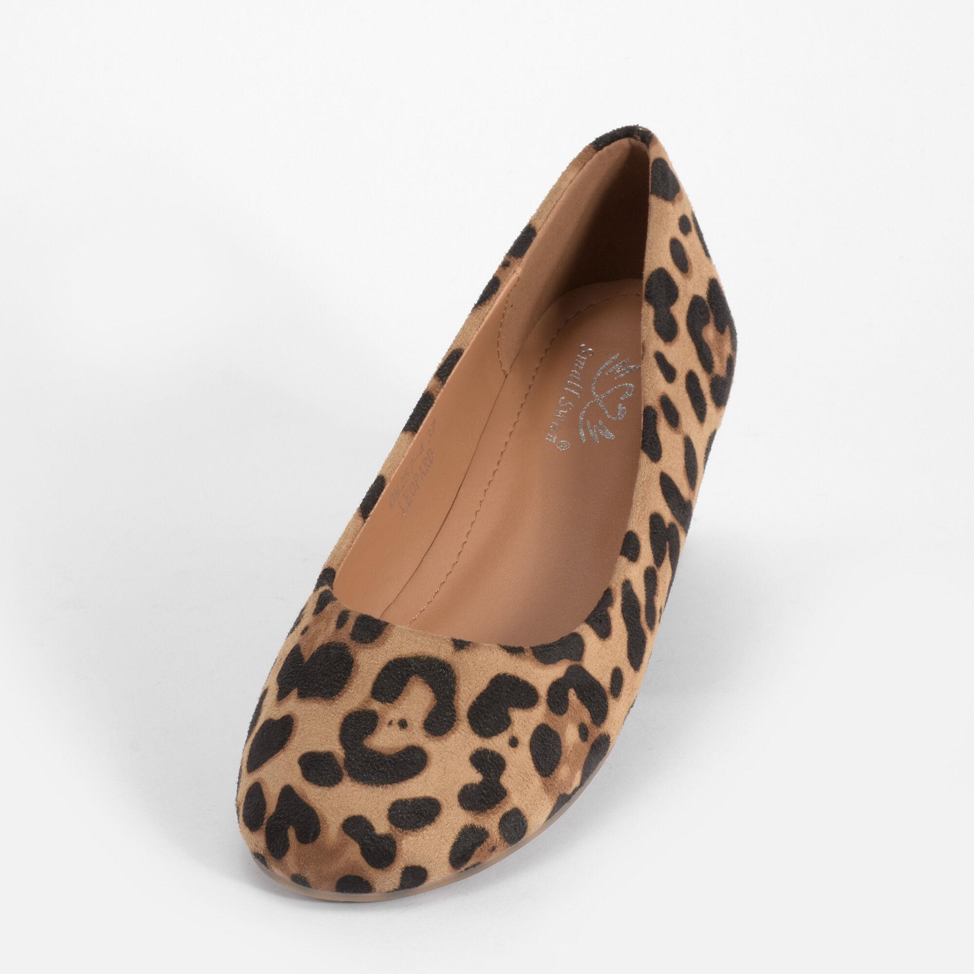 Leopárd mintás női balerinacipő. Kényelmes és nincs rajta felesleges dísz.  Belseje párnázott. 9bec145304